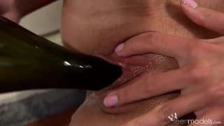 Красотка Кейт мастурбирует с бутылкой вина