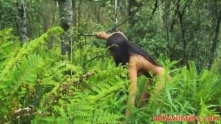 Молодая брюнетка голая в лесу