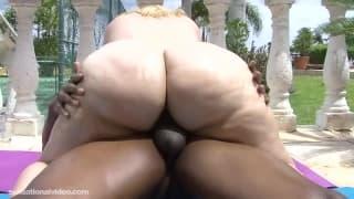 Мазерати Моника готова к сексу