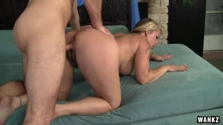 Сексуальную мамашу трахает её садовник