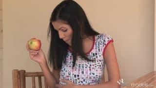 Молодая Ривера мастурбирует с фруктами