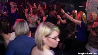 Межрасовый секс в этом ночном клубе