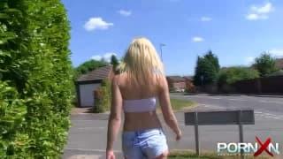 Блондинка шлюха светит сиськами на публике