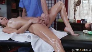 Дженни Ли получает расслабляющий массаж