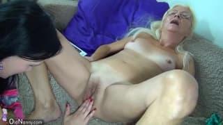 Зрелая женщина с горячей девушкой