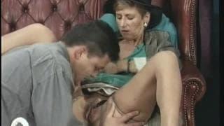 Зрелая женщина трахается со своим адвокатом