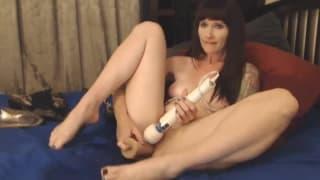 Кит Кат мастурбирует, пока не получит оргазм
