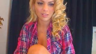 Распутная блондинка разводитноги на камеру