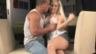 Сексуальная блондинка ебётся со своим парнем