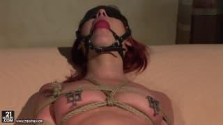 Ангелина Блу любит мастурбировать связаной