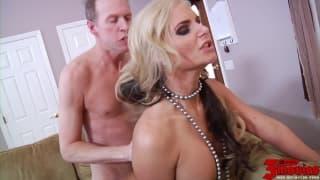 Порно актриса Phoenix Marie на высоте!