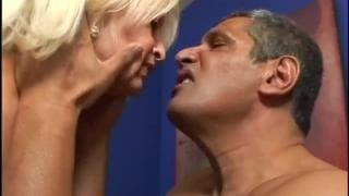 Блондинка бабушка Викки Вон хочет трахаться