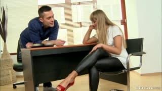 Мила удовлетворяет мужчину своими ногами