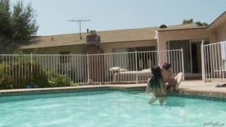 Джоанна Анджел и Британи играют в бассейне
