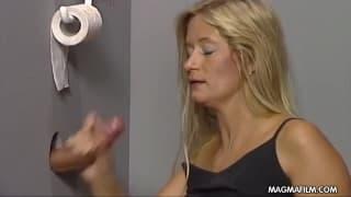 Блондинке заплатили за минет