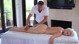 Анника Элбрайт получает чувственный массаж