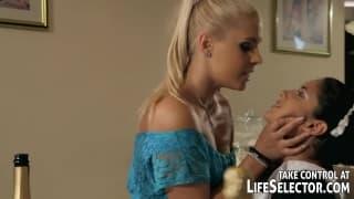 Эта блондинка наказывает служанку!