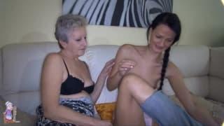 Молодая девушка и бабушка насладятся сексом