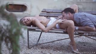 Дорис Иви занимается сексом на лавочке
