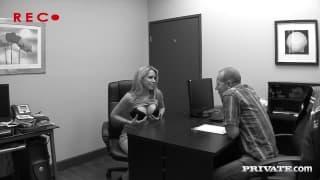 Кортни Каммз приходит в офис, чтобы поебаться