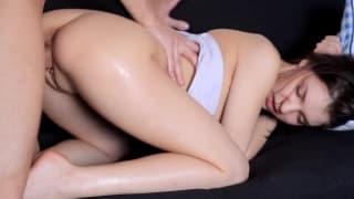 Пенелопа растянула её узкую задницу с его членом