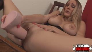 Блондинка Мелани любит мастурбировать