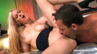 Сексуальная Мира Сансет трахается в баре