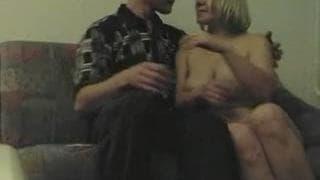 Блондинка принимеат душ перед сексом