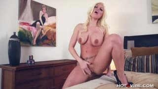 Тестирование секс-игрушек с Бритни Амбер