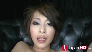 Азиатская малышка разбрызгивает сок из киски