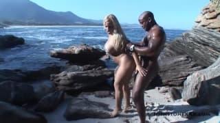 Синтия Сантос навинчивается на пляже