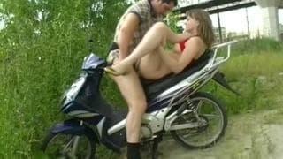 Анна- молодая шлюшка и мотоциклист