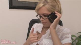 Она возбужденная секретарь