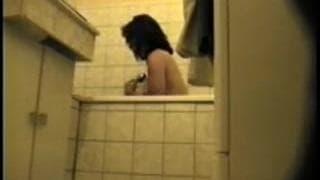 Душ для этой девушки и ее волосатой киски