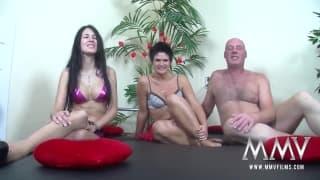 Мели Делюкс играет сексуально с парой