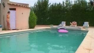 Секс в бассейне, безусловно, освежающий