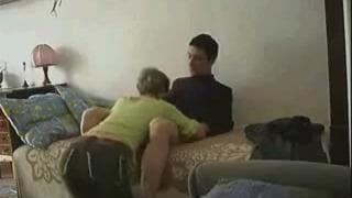 Эта женщина дает минет и потом трахает его