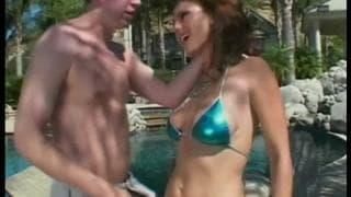 Венус получает в задницу в бассейне