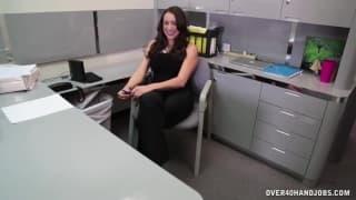 Сексуальная бомба мастурбирует в офисе