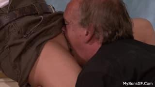 Старый мужик делает шлюхе пилотку