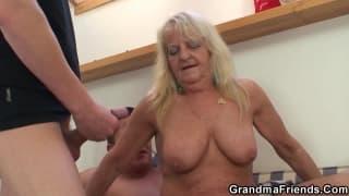 Бабушка сосет у двух молодых парней