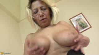 Зрелая блондинка хочет наслаждаться трахом