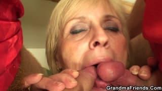 Бабушку в секс-тройке с молодыми парнями