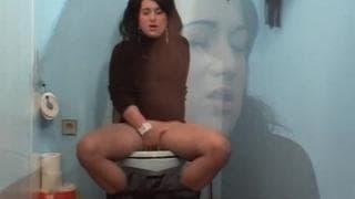 Она обнаруживает, хороший петух в туалете