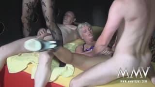 Зрелая сука Ивонна любит секс с Александрой