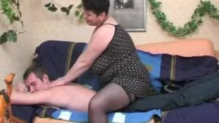 Жирная пума трахает молодого на диване