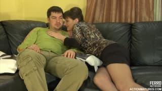 Зрелая женщина получает сперму молодого парня