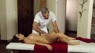 Брюнетка завершает массаж весело