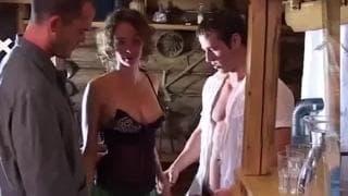 Групповой секс-сеанс в бревенчатом домике
