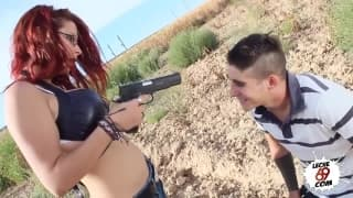 Рыжая и сексуальная Зенде любит секс на улице